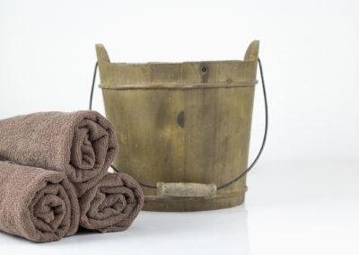 Ein Holzeimer, Nahaufnahme, ein Detail für Sauna und Wellness